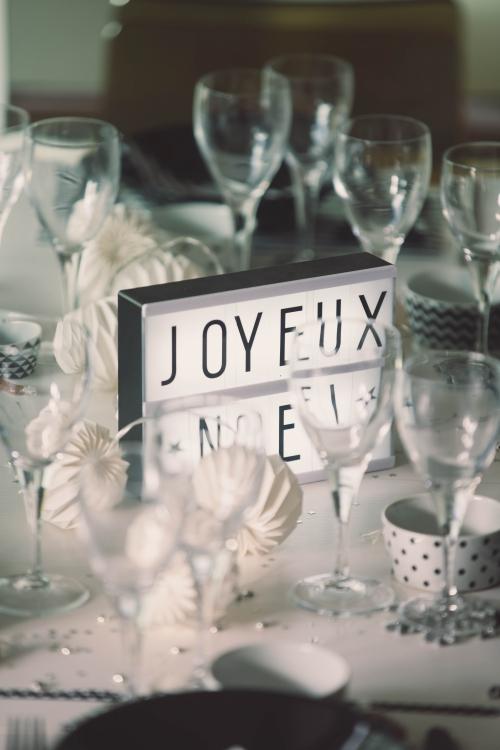 ma table de noël en noir et blanc,décoration de table noir et blanc,table de noël noir et blanc,flamant rose le blog