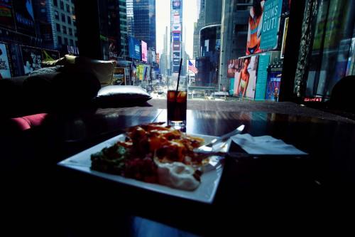 sortir à times square,r lounge,renaissance new-york,the view,manger à times square,se loger times square,new york pass,formulaire esta,voyager à new-york,match de nba,tkts new-york,m&m's times square,an american girl