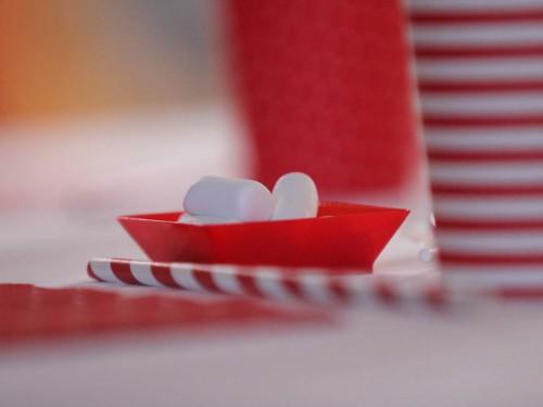 table de noël rouge et blanc,décoration rouge papa noël,tables de noël,décoration couleur père noël