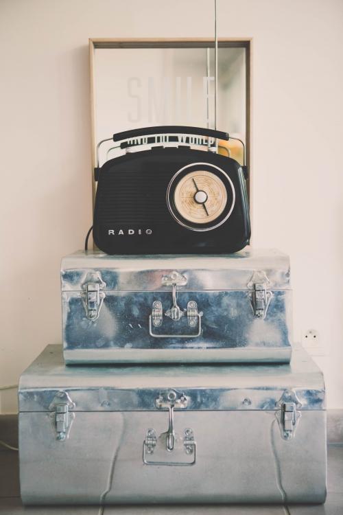 flamant rose le blog, décor noir et blanc, décor jaune, téléphone rétro, décoration vintage, fauteuil kartel