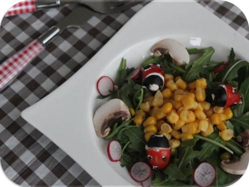Pour célébrer l'arrivée du printemps, j'ai eu envie d'une petite salade pleine de fraicheur, agréable à manger et surtout facile à réaliser ! Pour apporter une touche d'originalité à ma salade, j'ai créé une petite coccinelle en tomate cerise, olive et fromage frais, coccinelle tomate cerise, olive et fromage frais ♥