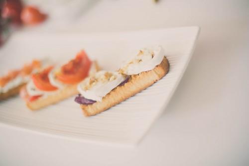 tartines apéritives,tartine tomates et mozzarella,tartine miel chèvre et noix,tartine tzatziki et saumon fumé
