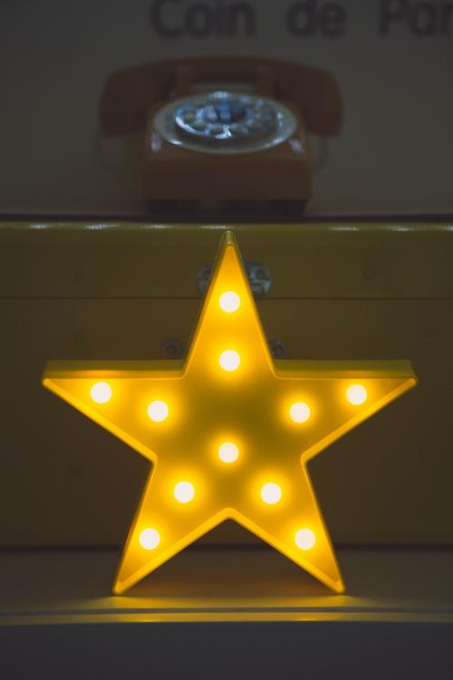flamant rose le blog,décor noir et blanc,décor jaune,téléphone rétro,décoration vintage,fauteuil kartel