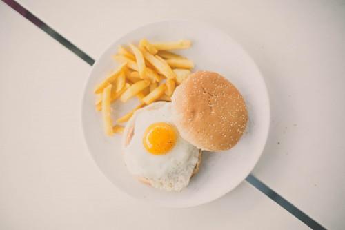 Burger à l'œuf façon croque-monsieur