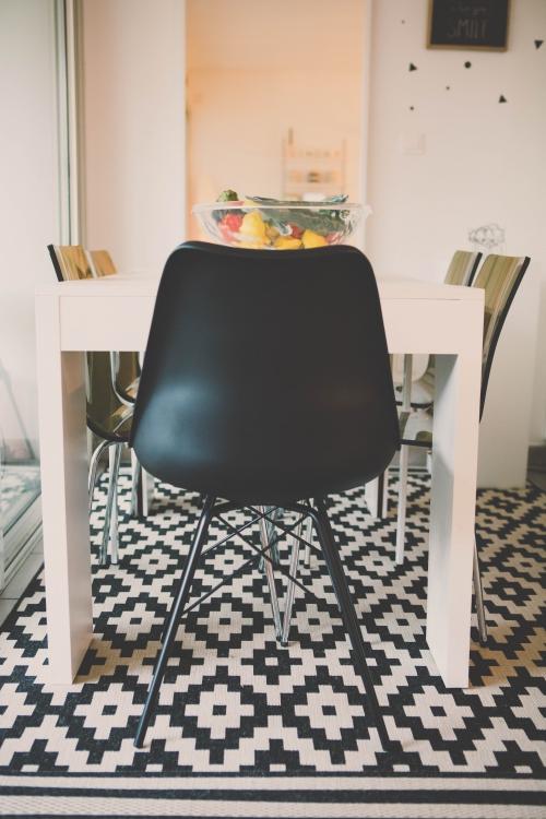 flamant rose le blog,décor noir et blanc,décor jaune,téléphone rétro,décoration vintage,fauteuil kartel,blog nantes