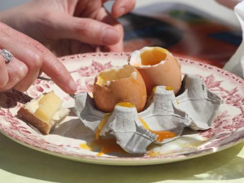 Œufs à la coque,mouillettes au comté et jambon de serrano
