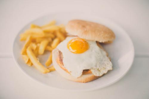 burger à l'œuf (façon croque-monsieur),burger steack et oeuf